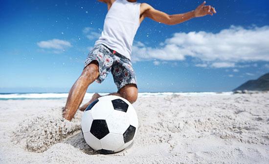 砂場でサッカー